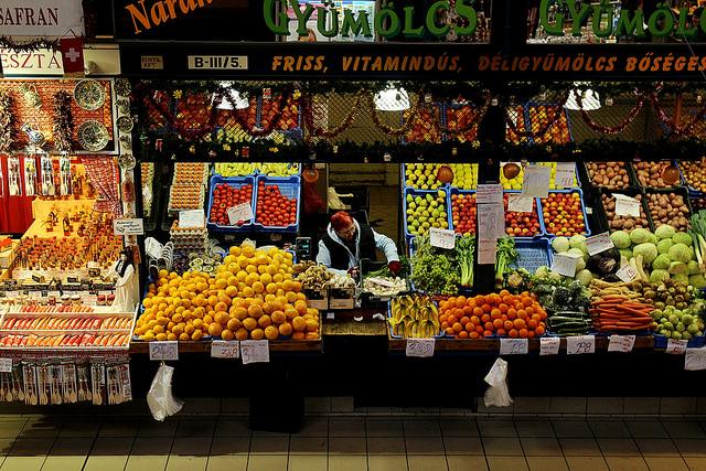 Photo d'un marchand de fruits et légumes